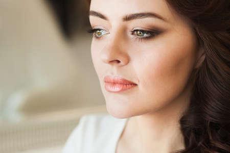Mooie jonge dame met zachte make-up en heldere ogen Stockfoto