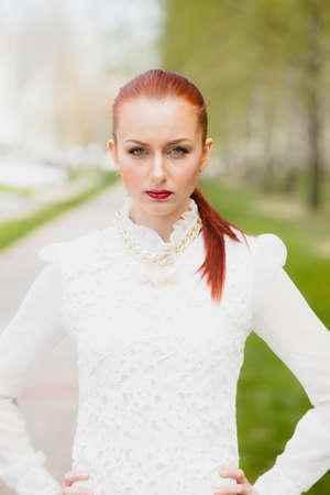 chicas guapas: La muchacha hermosa en la blusa blanca al aire libre Foto de archivo