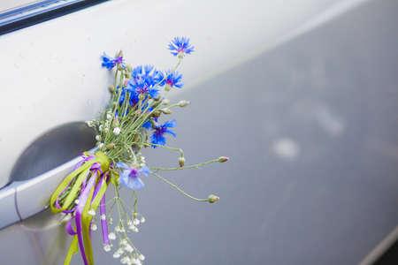 fiordaliso: fiori di campo sulla maniglia dell'automobile, fiordaliso