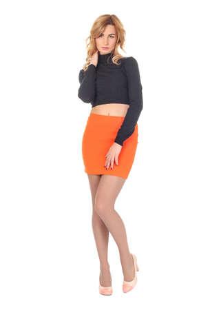 mini falda: Mujer en mini falda de pie en toda su longitud Foto de archivo