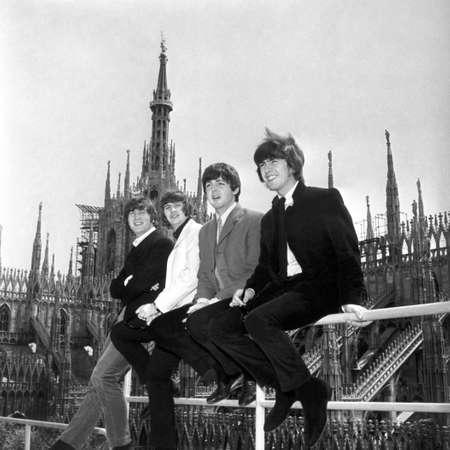 Milano, 24/06/1965Concerto dei The Beatles Nella foto: i componenti dei The Beatles (da sin.) John Lennon (John Winston Lennon), Ringo Starr (Richard Parkin Strakey), Paul McCartney (James Paul McCartney) e George Harrison sulla terrazza dell'Hotel Duom