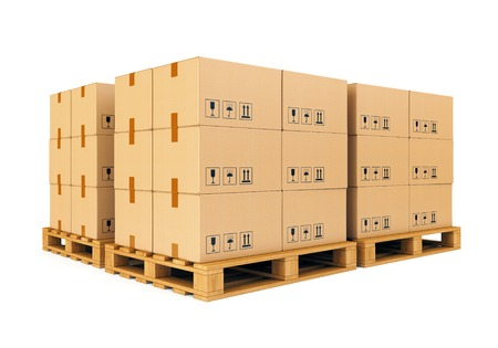 Des piles de boîtes en carton sur palette en bois isolé sur fond blanc. Entrepôt, expédition, fret et le concept de livraison. Banque d'images