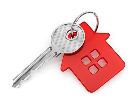 investment real state: Llave de la puerta de metal con la casa roja-llavero en forma aislada en el fondo blanco Foto de archivo