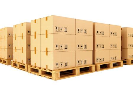 Stapels kartonnen dozen op houten pallets op een witte achtergrond. Magazijn, verzending, vracht en levering concept. Stockfoto