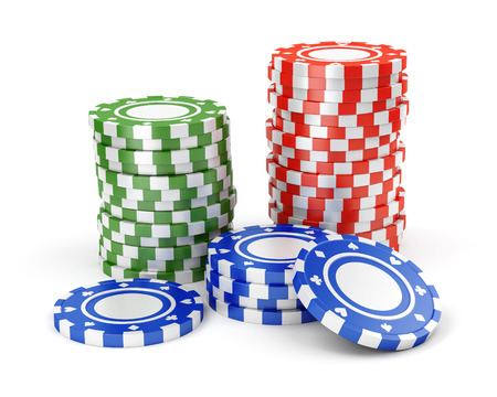 jeu de carte: Pile de couleur verte, rouge et bleu jetons de casino isolé sur fond blanc