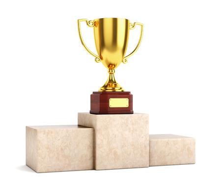 Gouden award beker trofee kop op marmeren voetstuk op een witte achtergrond. Stockfoto