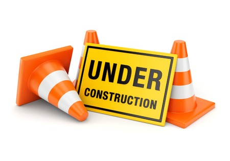 Geel aanbouw teken en drie oranje verkeerskegels op een witte achtergrond Stockfoto