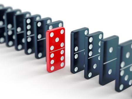 Unieke rode domino tegel onder vele zwarte dominostenen. Staande uit menigte, individualiteit en verschil concept.