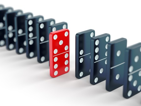 koncept: Unik röd domino kakel bland många svarta domino. Stående ut från mängden, individualitet och skillnaden koncept.
