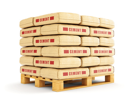 Cement zakken stapelen op een houten pallet. Papieren zakken op een witte achtergrond. Stockfoto