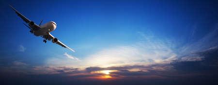 비행: 제트 항공기 비행입니다. 파노라마 이미지입니다.