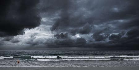嵐の海。少年は泳ぐつもりです。パノラマ撮影。 写真素材