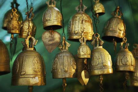 cloches: Cloches bouddhiste. Faible profondeur de champ. Banque d'images