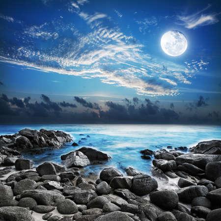 luz de luna: Luna llena sobre la Bah�a tropical. Disparo de larga exposici�n. Foto de archivo
