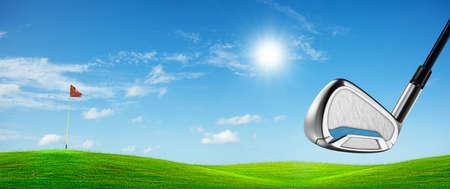 Uitzicht op een golfbaan in het zonnige dagen. Panoramisch samenstelling.