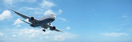 ジェット航空機は着陸を操縦します。多くのコピーのスペースとパノラマの組成物。
