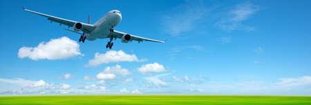 Jet vliegtuig in een hemel. Panoramische samenstelling in hoge resolutie.