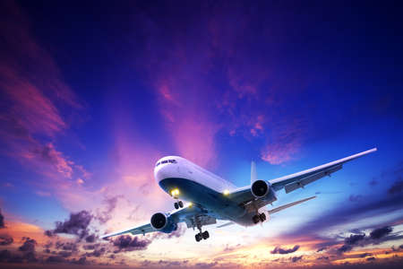passenger vehicle: Aviones a reacci�n de crucero en un cielo del atardecer