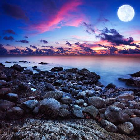 Volle maan fantasie zeegezicht. Lange exposue shot, vierkant samenstelling.