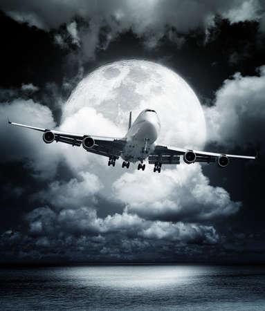夜間飛行 写真素材