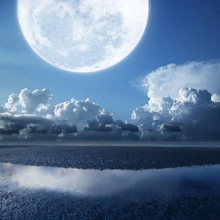 luz de luna: Luna llena en la playa durante la marea baja. Composición de la plaza. Foto de archivo
