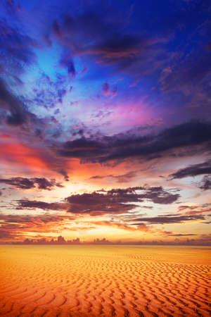 砂漠の壮大な夕日。垂直方向の組成物。