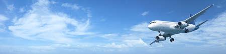 Panoramisch samenstelling van een jet vliegtuig in een blauwe hemel
