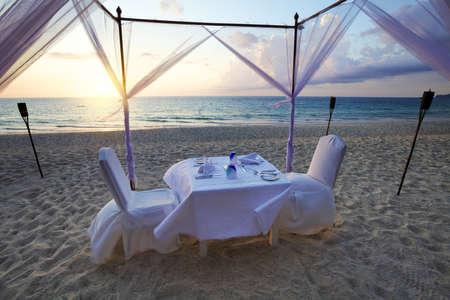 ビーチでロマンチックな夕食のための良い場所