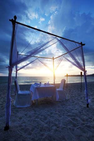 ビーチでロマンチックな夕食のための良い場所。垂直方向のショット HDR 処理。 写真素材