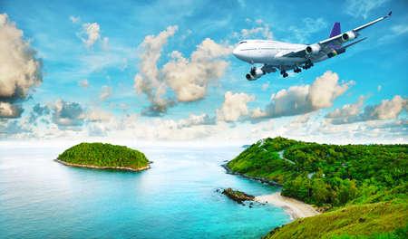 Jet liner over het tropische eiland. Panoramisch compositie in zeer hoge resolutie. HDR verwerkt.