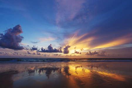 Espectacular puesta de sol en la playa tropical. Informe sobre Desarrollo Humano elaborados.