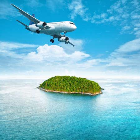 熱帯の島の上のジェット機。正方形の組成物。
