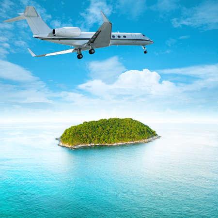 Jet privé sur la composition carrée île tropicale Banque d'images