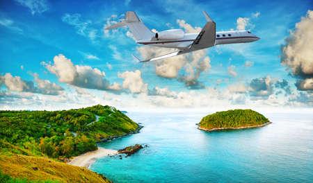 Jet privado está dejando resort tropical en la mañana. HDR procesado.
