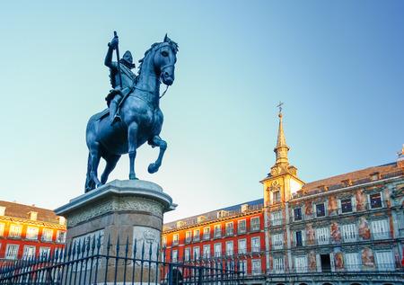スペイン、マドリッドのフィリップス 3 世の像とマヨール広場 写真素材