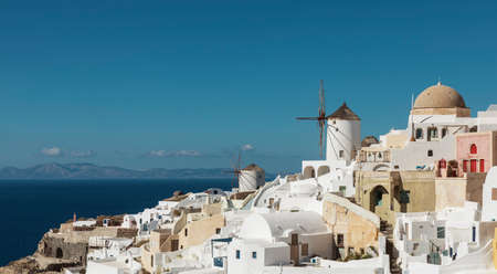 Iconic Windmills Of Santorini Standard-Bild
