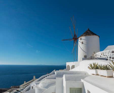 Iconic Windmills Of Santorini Standard-Bild