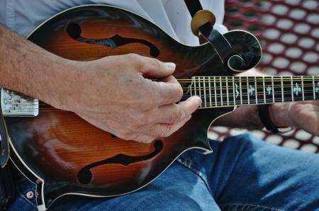 mandolino: Un musicista strimpellando un mandolino Archivio Fotografico