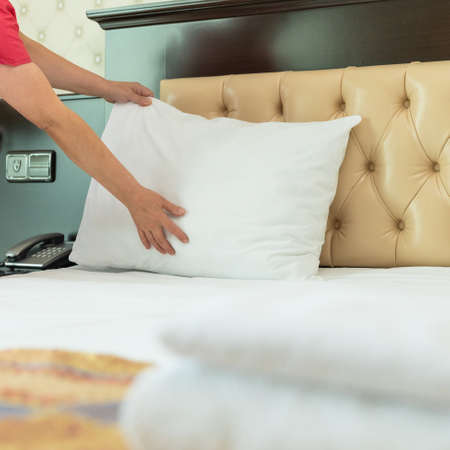 Hotel room service, woman making bed Banque d'images - 151145851