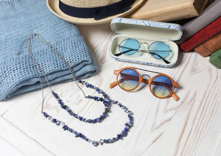 Female sunglasses hat and necklace close up 免版税图像 - 156135083