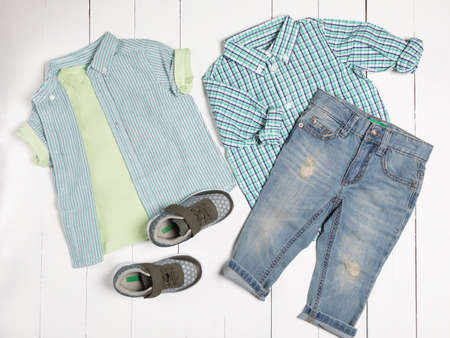 Men's casual outfits for man clothing set with t-shirt, gray shoes, shorts isolated on a white background, top view 免版税图像