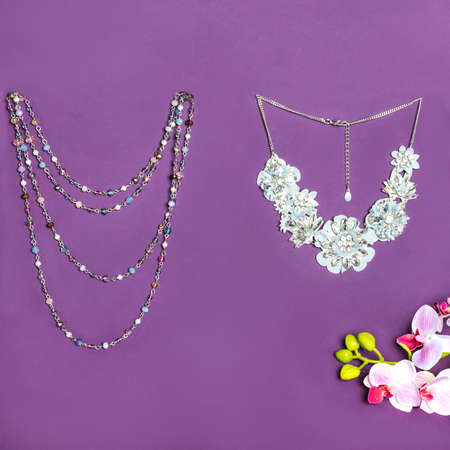 Elegant gold necklace with diamonds on purple background 免版税图像 - 156279501