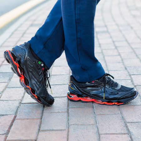 Man leather black sport sneakers close up 免版税图像 - 156279521