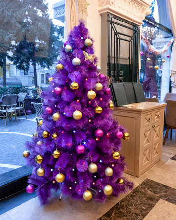 Purple Christmas tree in the restaurant 新闻类图片