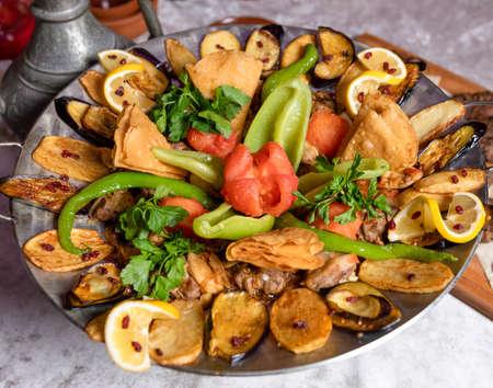 Sac ichi meat and vegetable meal, Azerbaijani food 免版税图像