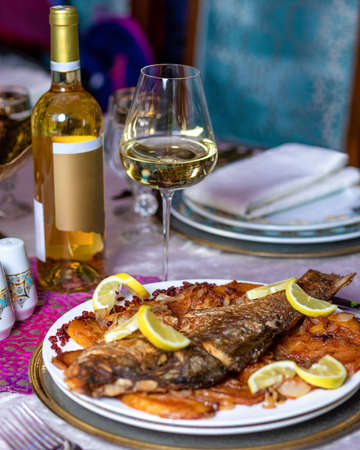Grilled whole fish with a lemon and white wine close up 免版税图像