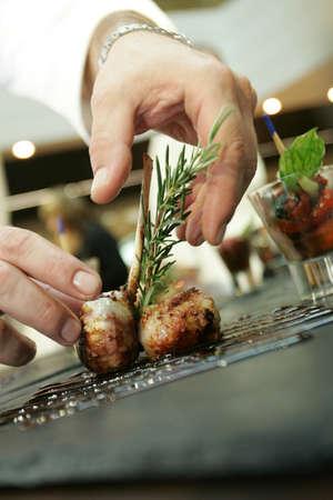 chef cocinando: Manos del chef  Foto de archivo