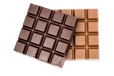 Natuurlijke zwart en melkachtige chocoladerepen op een witte achtergrond, bovenaanzicht Stockfoto