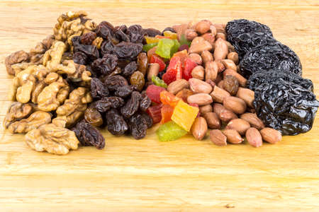 frutas secas: Mix of nuts and dry fruits on wooden background, close-up, top view