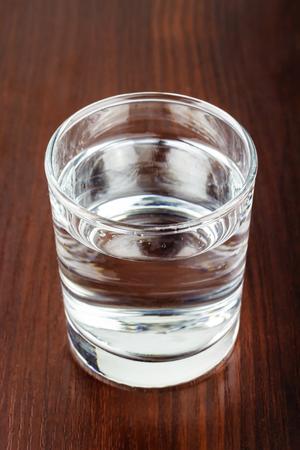 agua purificada: vaso lleno de agua purificada transparente sobre la mesa de madera Foto de archivo